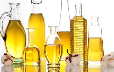 Наш потребитель привык использовать для приготовления пищи подсолнечное масло. Однако изобилие растительной продукции позволяет разнообразить классические блюда, сделать их более пикантными, насыщенными. Кроме подсолнечного, для приготовления пищи может использоваться кунжутное, а также льняное или оливковое масло. Далее поговорим об их особенностях более детально. Кунжутное масло Кунжутное масло находит активное применение в азиатской кухне. Ведь это […]