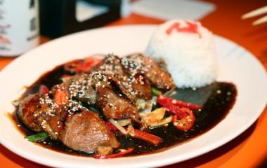 Особенности рецептов приготовления одного из наиболее знаменитых соусов японской кухни – соуса терияки, а также секреты истории создания и дальнейшей трансформации соуса терияки, его вкусовые характеристики, классический рецепт, состав и наиболее популярные блюда с соусом терияки в мире