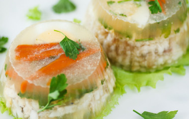 Фраза «Какая гадость эта ваша заливная рыба!» является одной из самых часто употребляемых цитат отечественного кино. Состав: 250 гр. филе рыбы (например судака), 1 морковь, ½ луковицы, 2 стакана воды, черный перец горошком, лавровый лист, 10гр. желатина, лимон, отварная морковь и зелень для украшения. Филе рыбы нарезать порционно, уложить в кастрюлю. Морковь, лук порезать, добавить […]